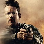 "Ethan Hawke total ""Crank"": Blutiger Trailer zu ""24 Hours to Live"""